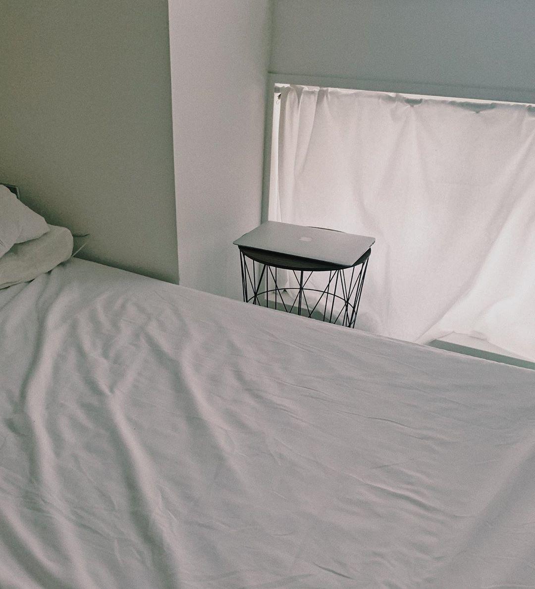 落ち着きのあるベッドサイドテーブル