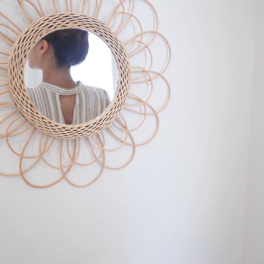 花のようなフォルムが綺麗な鏡