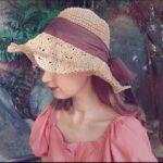帽子を深く被っている女性