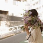 元気がない日、自分のために花を買って帰ろう。部屋に飾る効果と色選びのポイント