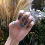 指先のグリーン度は何%?ディープな色合いが秋を呼ぶ、暗めトーンの緑ネイル