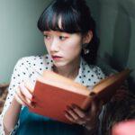 座る?寝転ぶ?読書スタイルに正解はない。物語に没頭できる、私だけの本の読み方