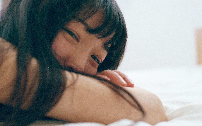 私は[寝っ転がって]読むのが好き
