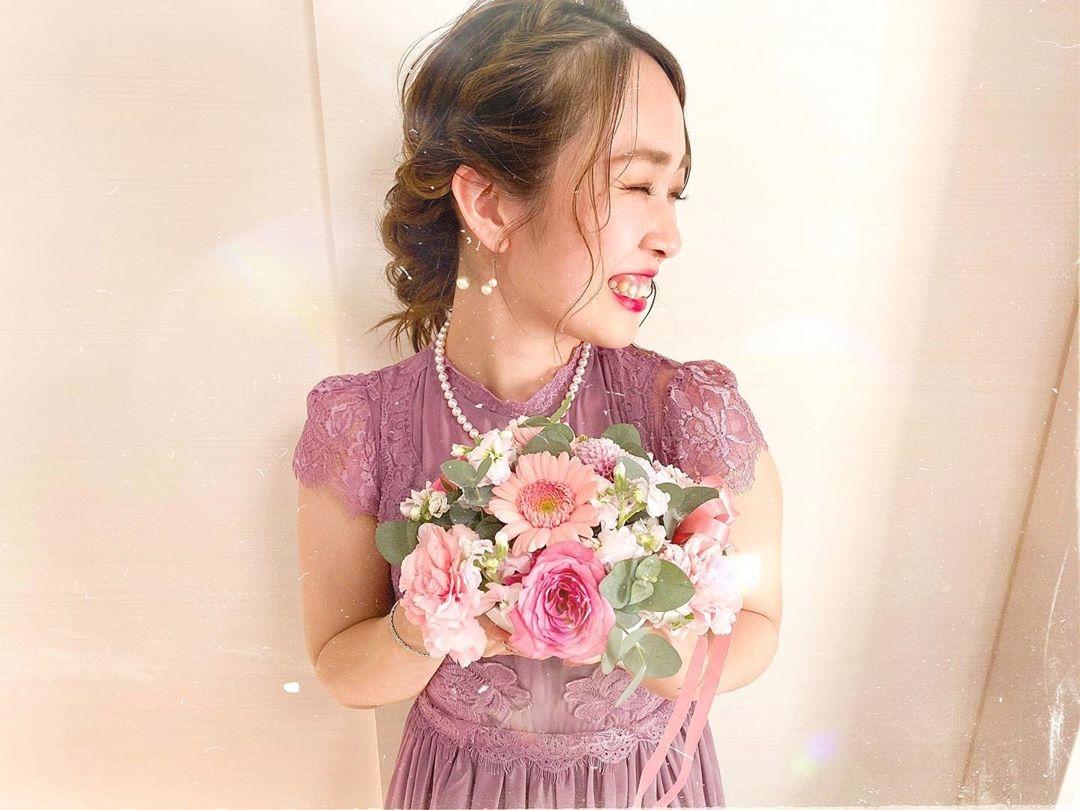花束を持って、笑顔でパシャっ