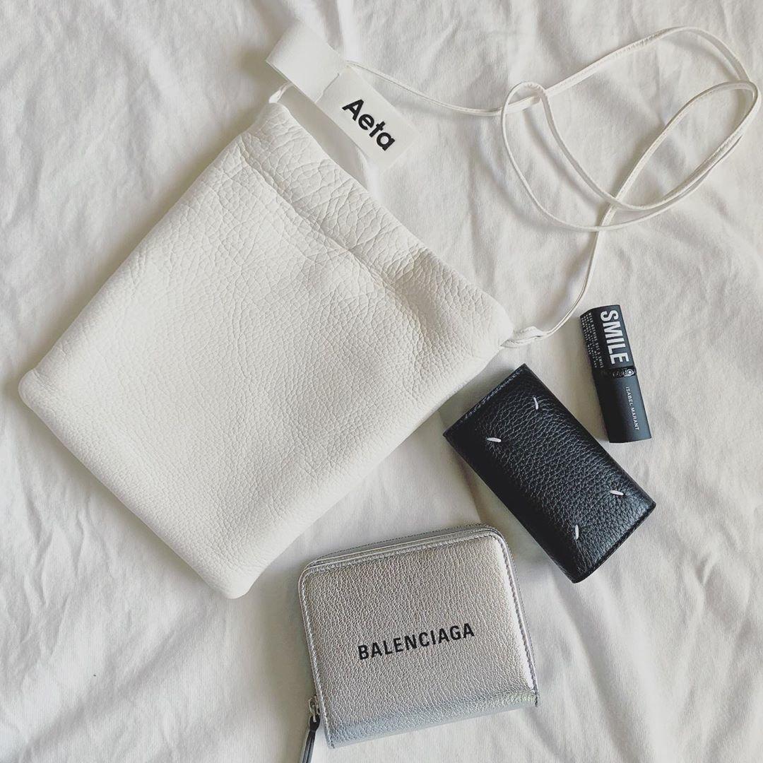 ホワイトのバッグ