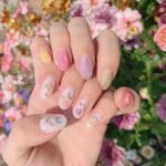 バースデーマンスに心を馳せて。誕生花をモチーフにしたネイルで特別な日を彩ろう