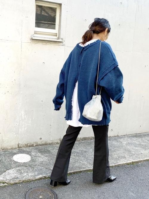 最小限派:ミニマリストの新定番。「巾着バッグ」でラフ&シンプルな着こなしを