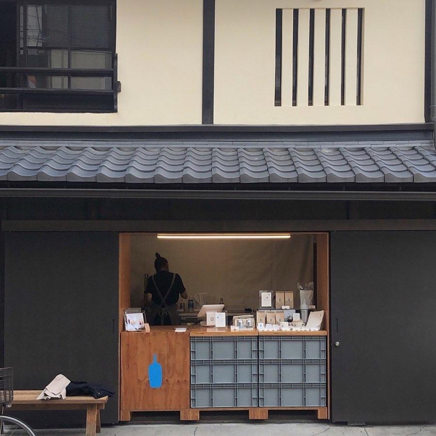 青いロゴは、この街並みによく映える。『ブルーボトルコーヒー』が京都六角に!