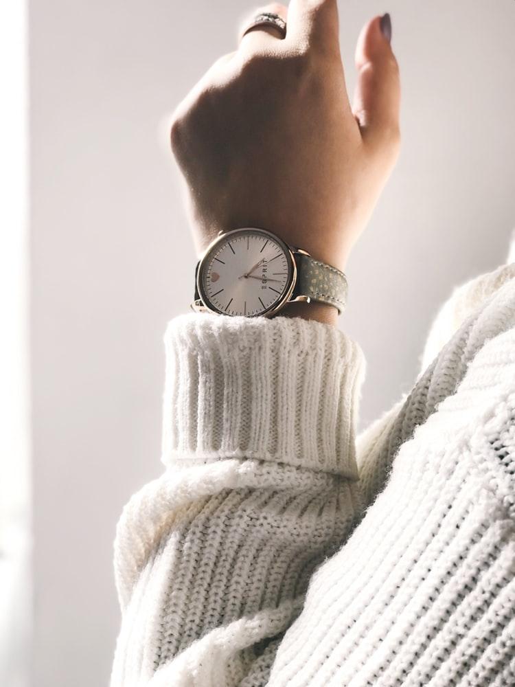 アクセサリーのような時計を身につけて