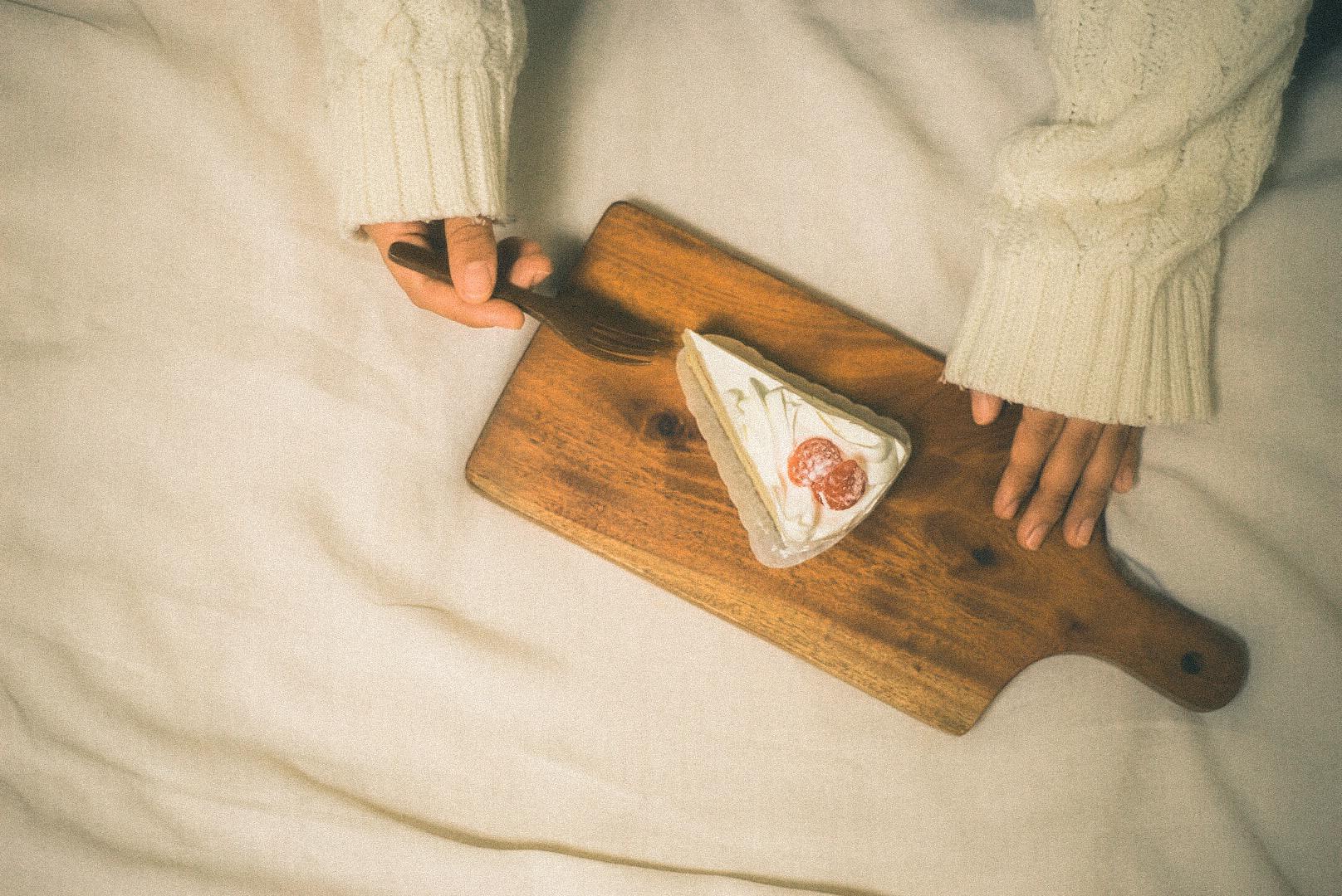 甘いデザートを食べる