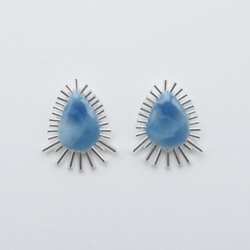 :シンプルデザインのブルーが清楚な印象に