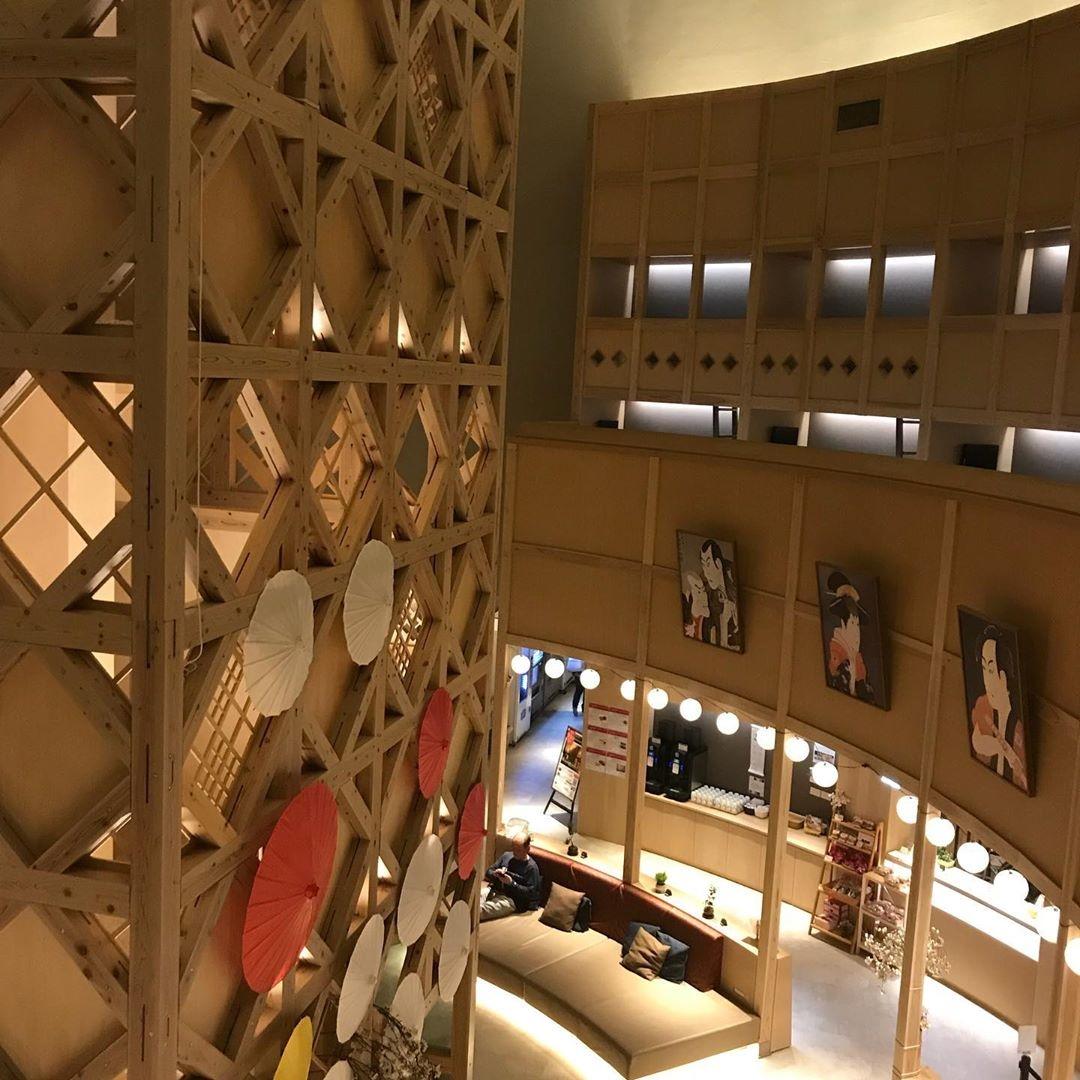 三重:カプセルホテル&劇場併設のスポット