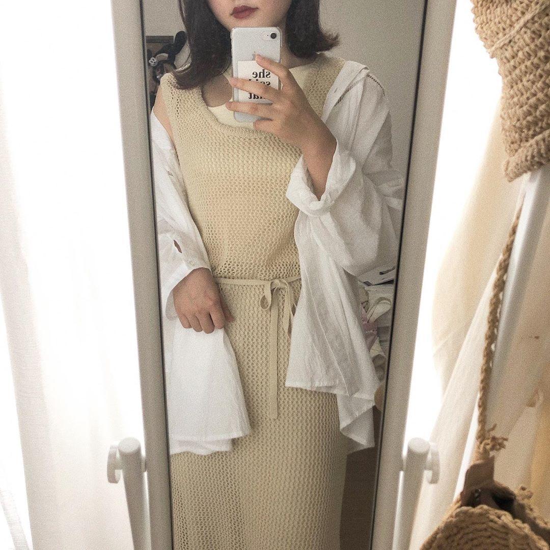 鏡で写真を撮る女性