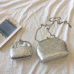 バッグ、お財布など銀色のレザー小物が並んでいるところ