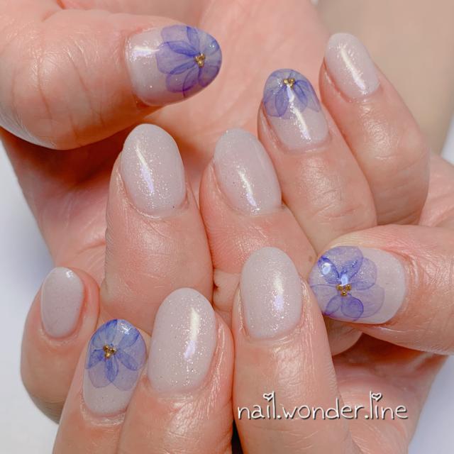 シンプルなワンカラーネイルにお花をプラス