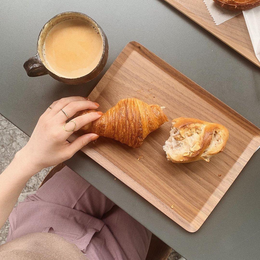 ④パンは手とのコラボで撮る