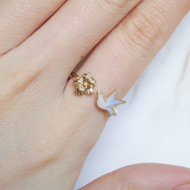 指を細く見せたいと思ったら。フォークリングの「隙間」に頼って、手元美人に