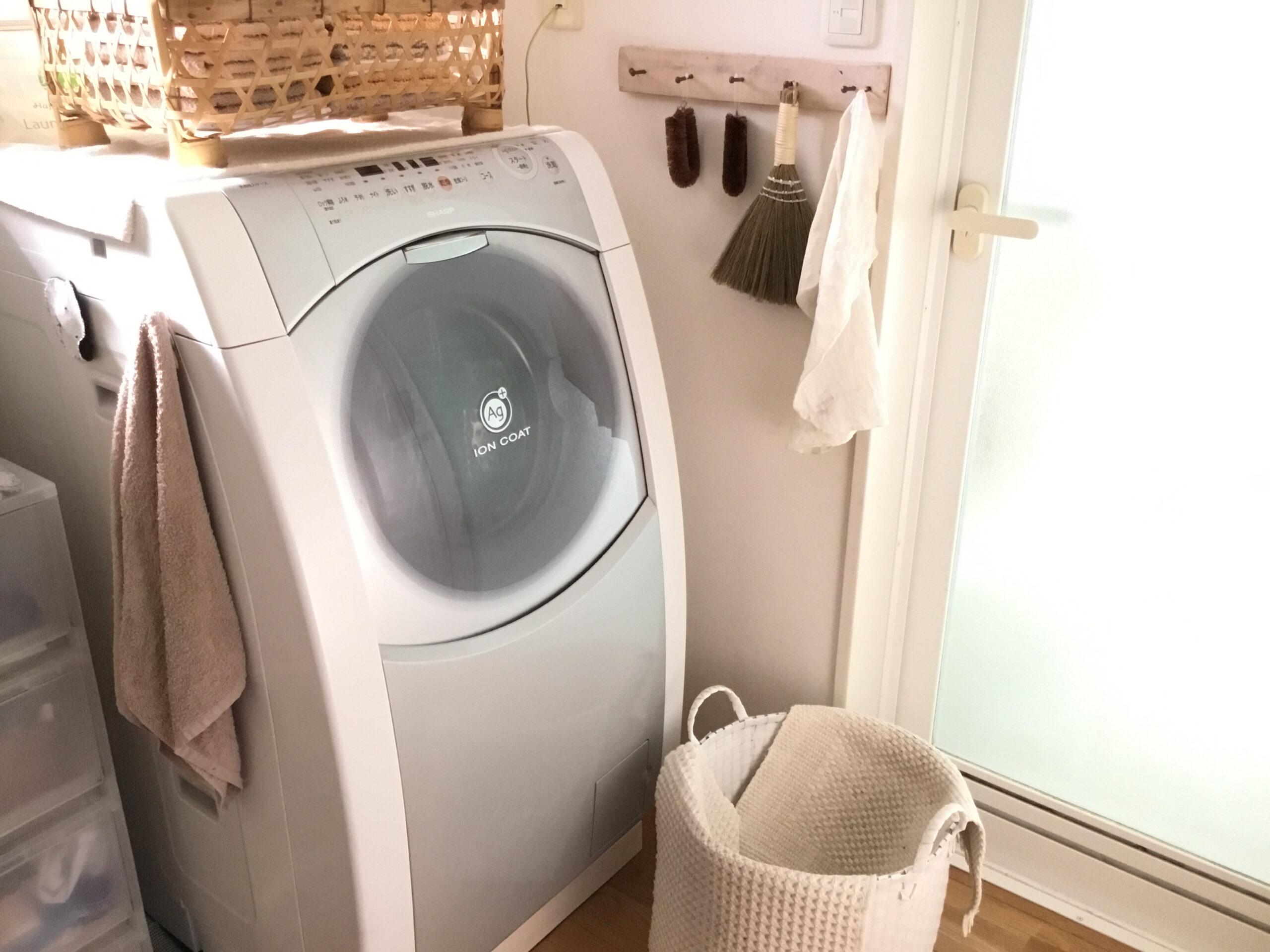 スクワットをしながら洗濯物を干す