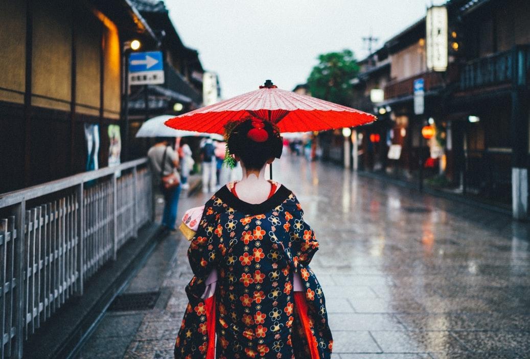 「傘かしげ」の仕草に倣って