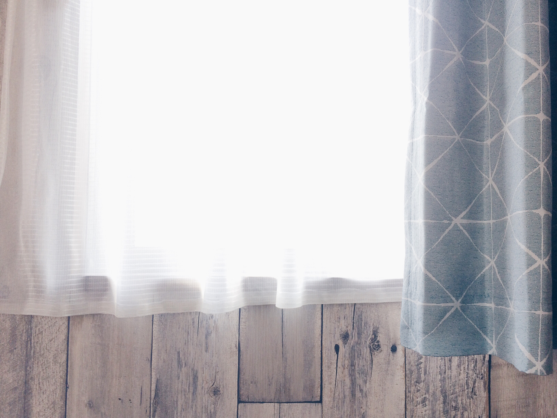 カーテンを開けて朝の光を浴びる