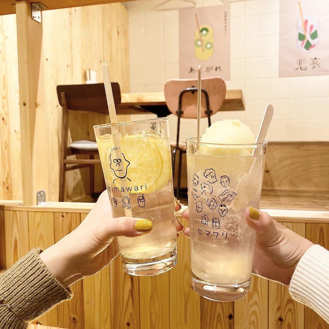 可愛いグラスを持って「ハイ!乾杯〜」