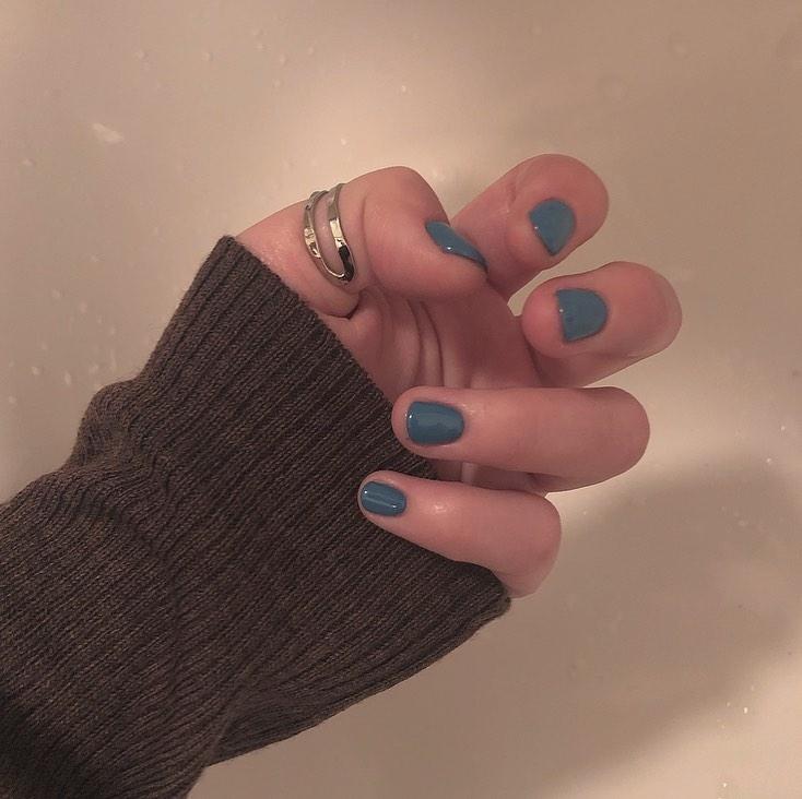 絶妙ブルーのワンカラーネイル