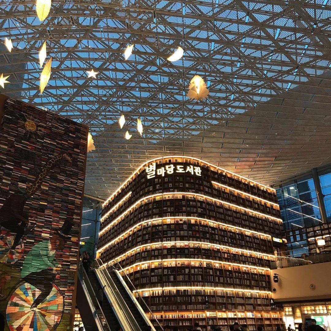 本棚が天井まで続く、ピョルマダン図書館