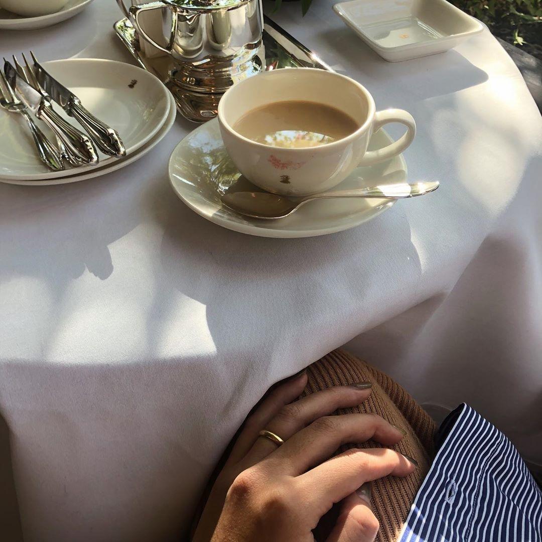 空の下でみんなの視線をいただきます。カフェのテラス席とお洋服の素敵な関係♡