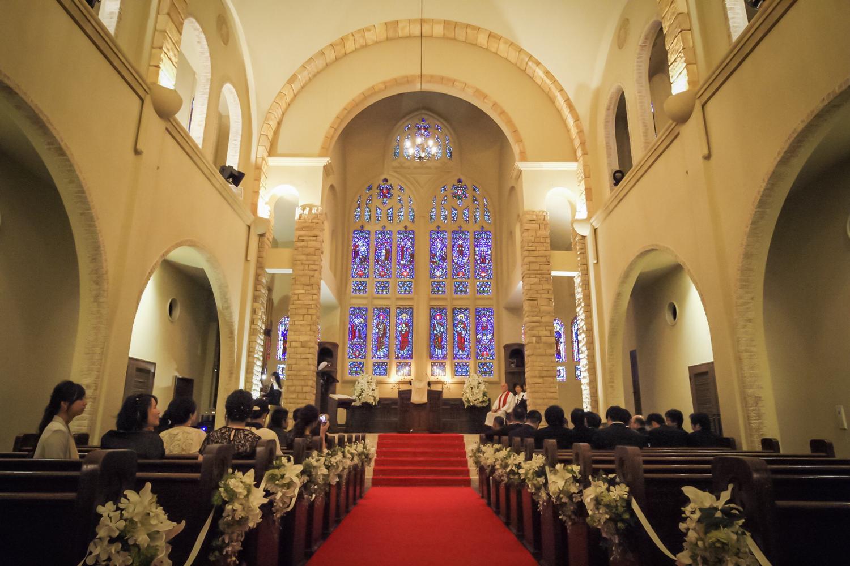 教会で神聖なウェディング