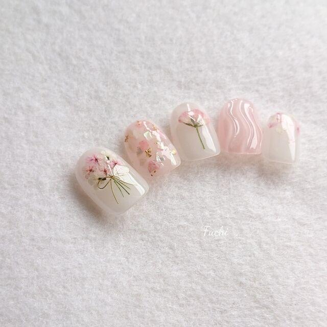 淡いピンクで指先を可愛く彩りましょう
