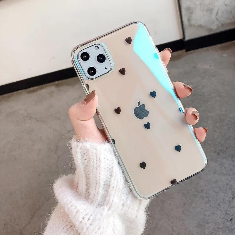 スマートフォンを手に持つ女性の手元