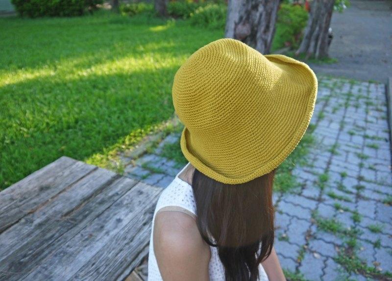 ツバの広い麦わら帽子