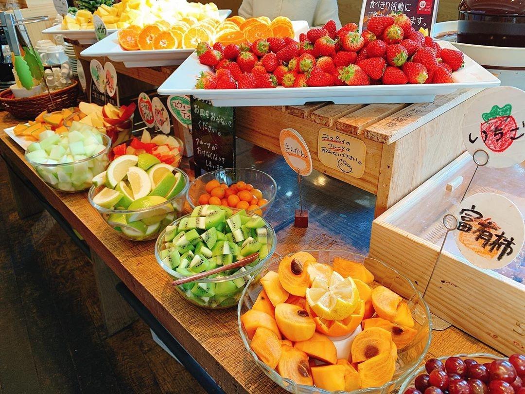 フルーツビュッフェで果物をたくさん食べて | 32 orchard