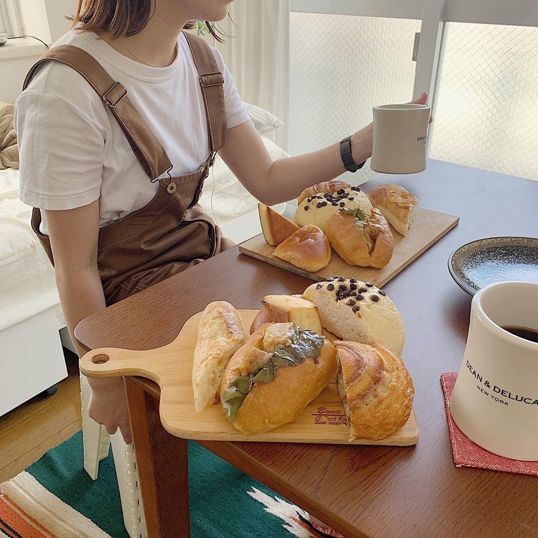 (3)約150種類のパンが楽しめる『Katane Bakery』