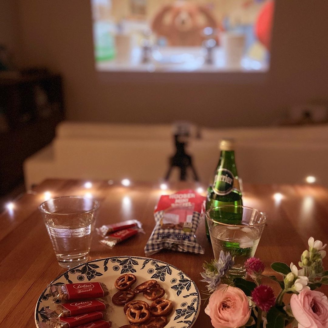 美味しい紅茶とお菓子と一緒に映画を楽しむ
