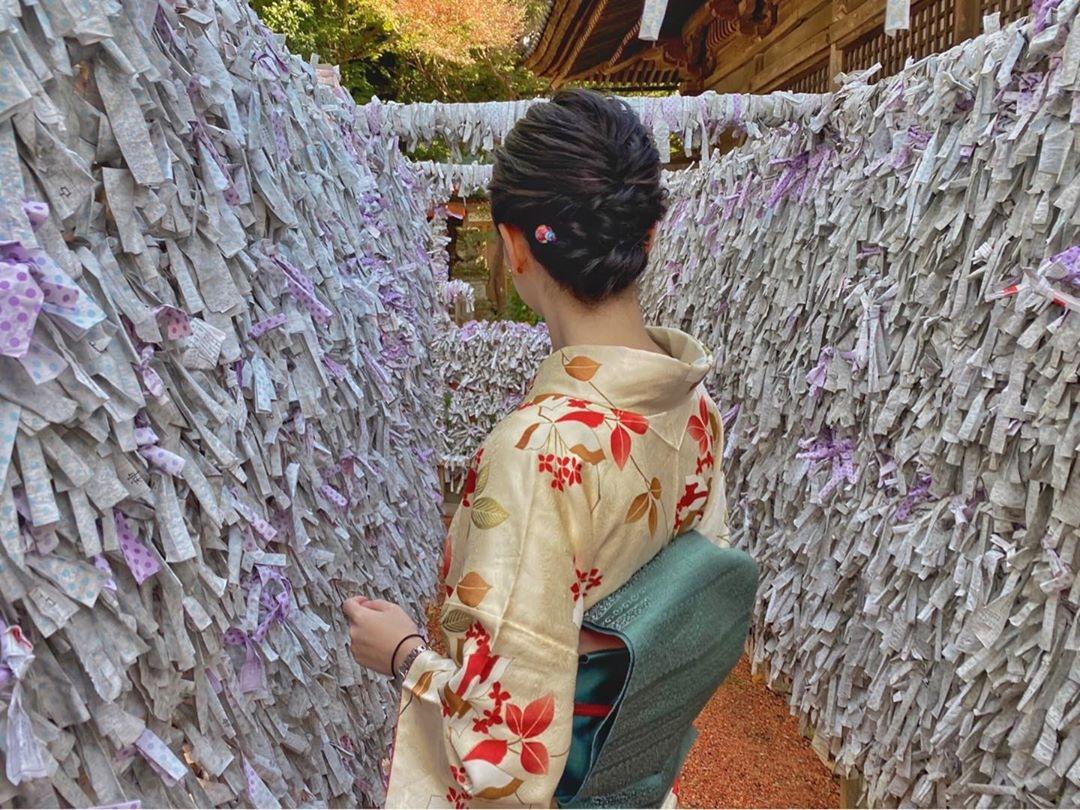 沢山のおみくじに囲まれて|石浦神社