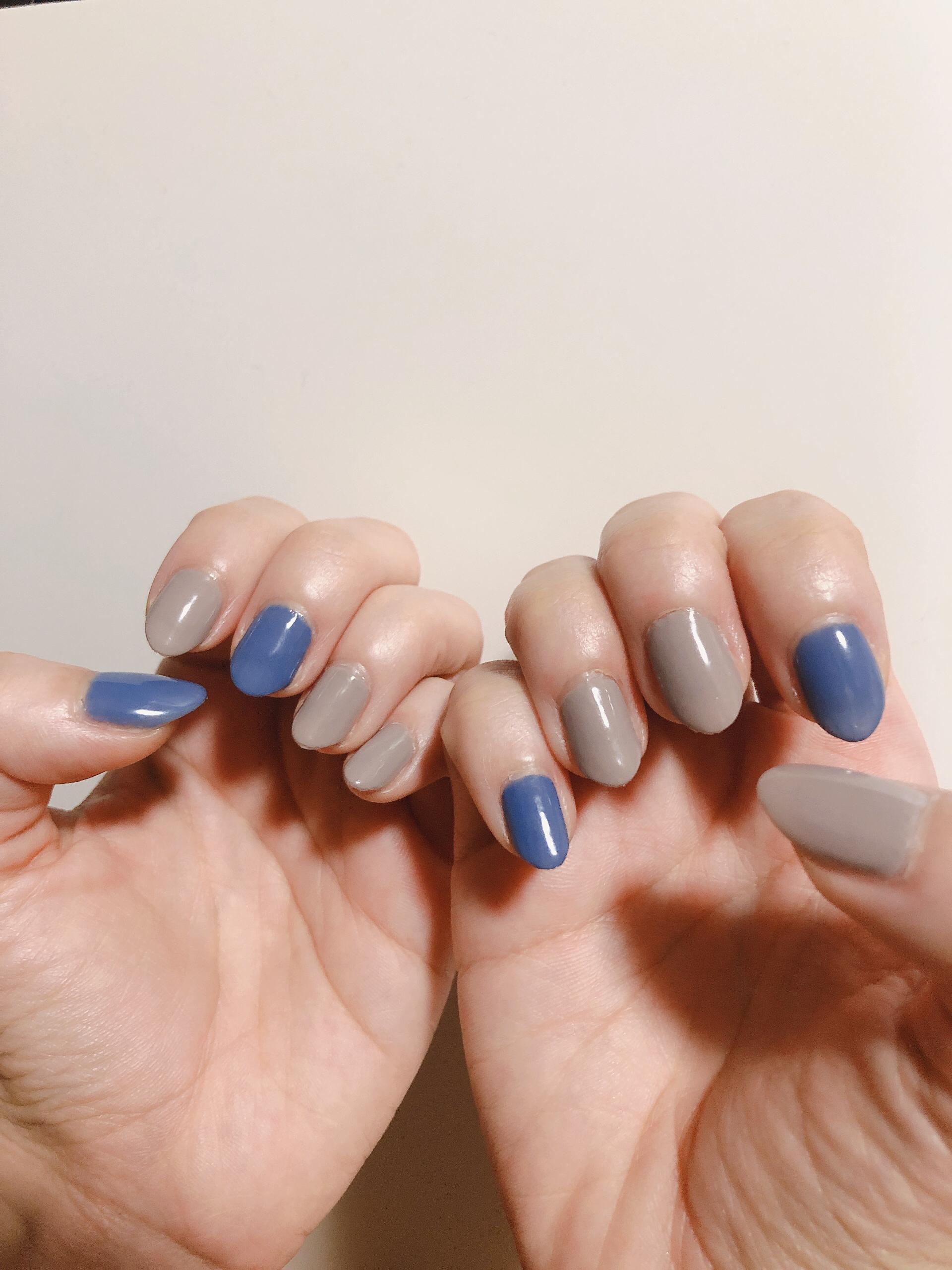 グレーとブルーのワントーンネイル