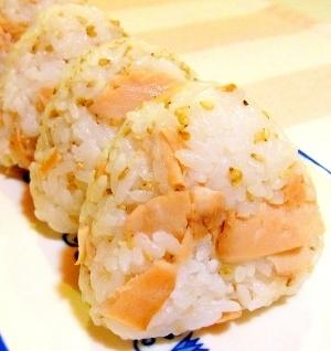 鮭と胡麻の混ぜ込みおむすび
