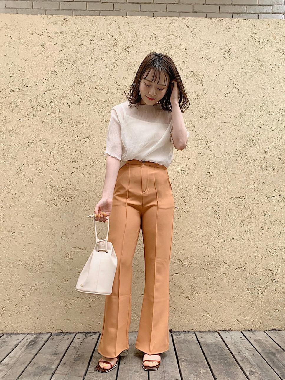 オレンジパンツ×ヒールサンダルコーデ
