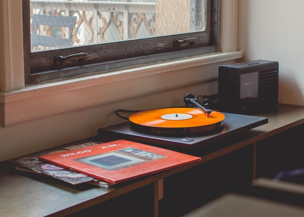 リラックスできる場所で心地良い音楽を聴く