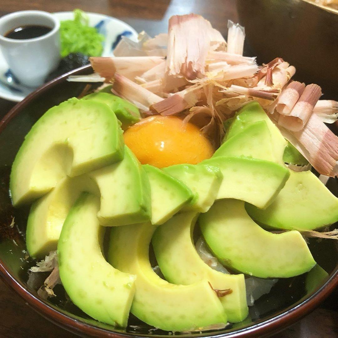 ⑤【ずっきゅん豪快】:アボカド×卵かけご飯