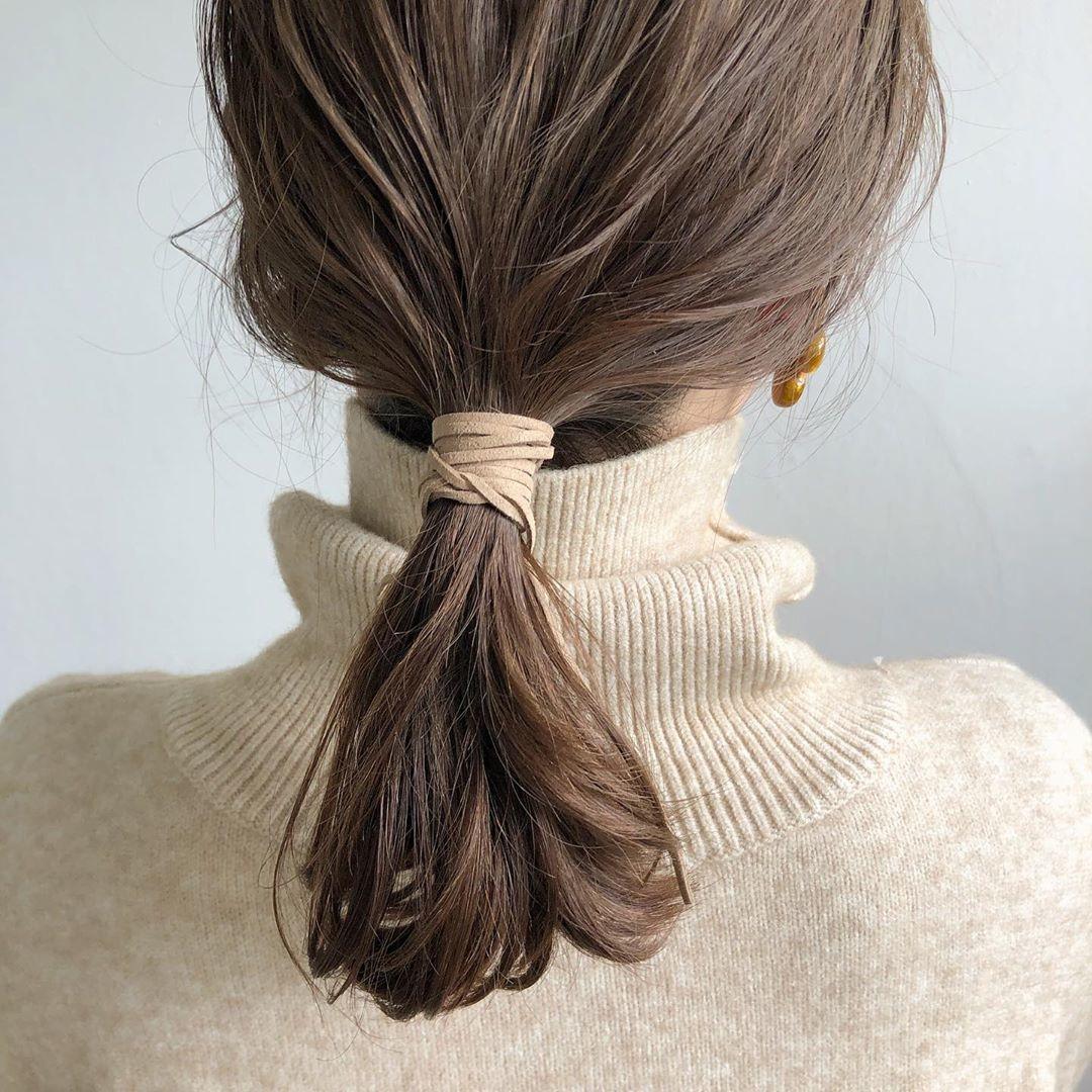 2|低めの位置で、髪の毛をまとめる