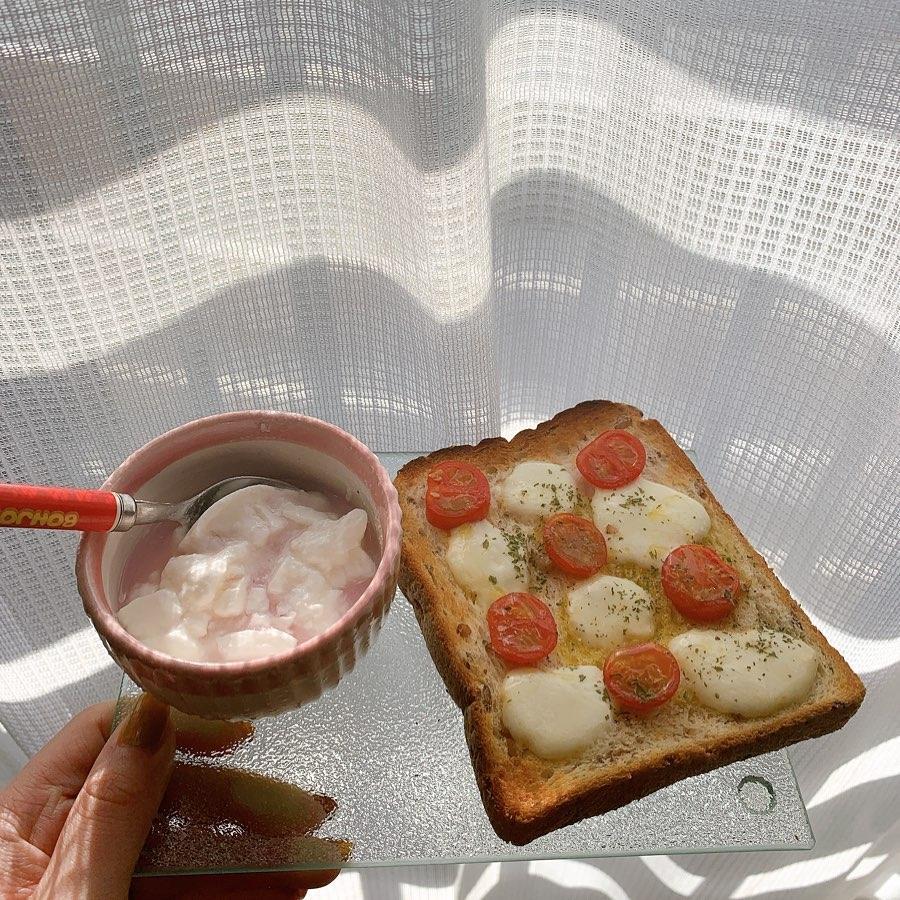 彩り豊かに トマトとモッツァレラのトースト
