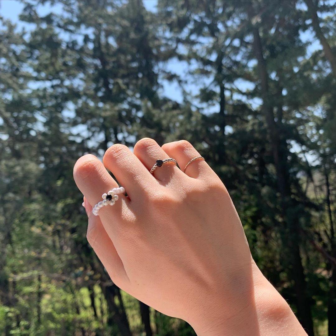 韓国のお洒落さんの指に光るのはビーズ