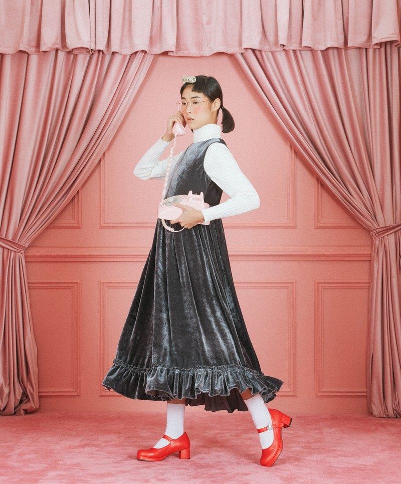 Velvet sleeveless dress with ruffles