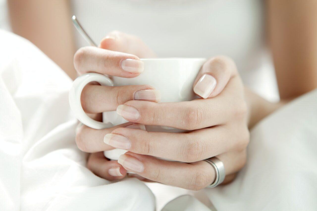指先を彩るネイルはお休み中。すっぴん美爪に導くセルフケアとおすすめアイテムを紹介