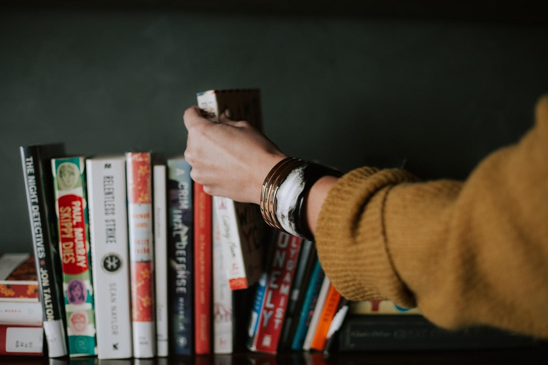 本を手にするとき、まず目に入るのは