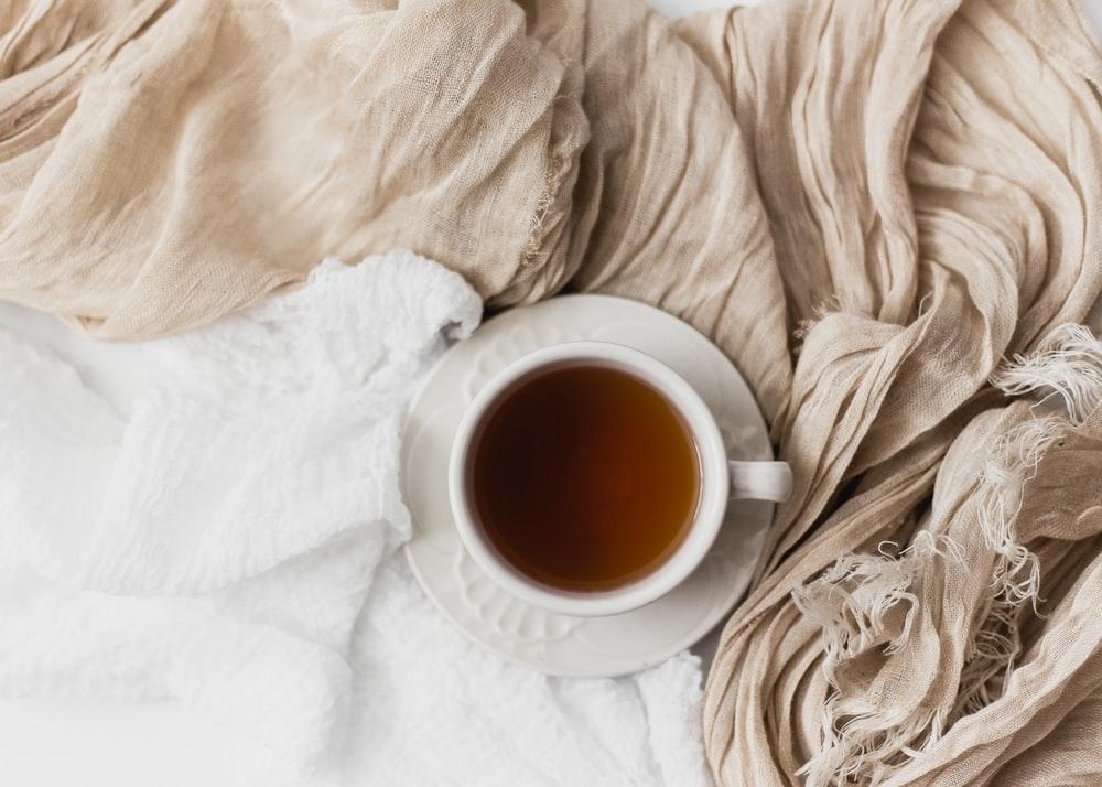 熱い紅茶を飲みながら、雨の気配を感じて