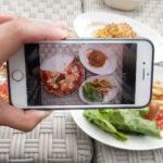 料理をスマートフォンで撮影しているところ