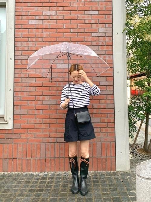 雨の日こそショートパンツもアリ◎